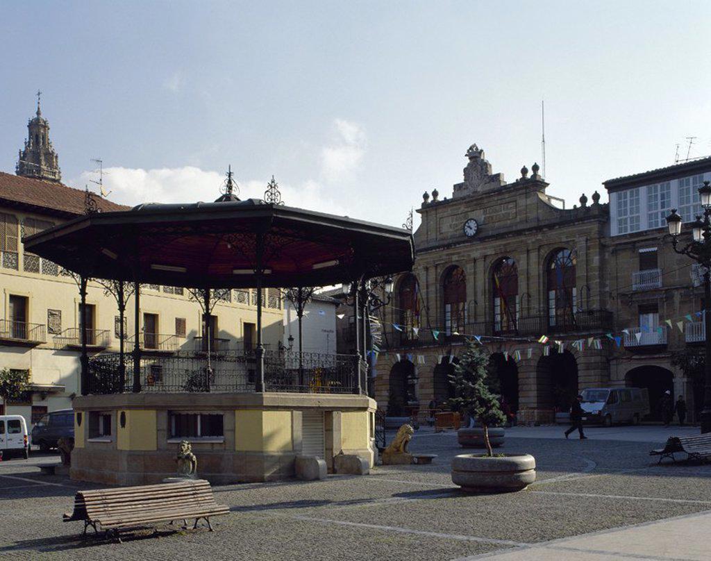 Stock Photo: 4409-57478 LA RIOJA. HARO. Vista del templete musical en la PLAZA DE LA PAZ. Al fondo, el edificio neoclásico (1769) del Ayuntamiento. España.