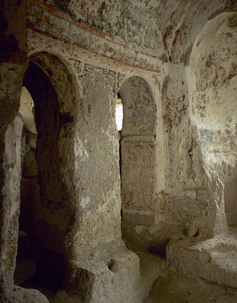 Stock Photo: 4409-57487 ARTE BIZANTINO. TURQUIA. IGLESIA DE LA CUPULA. Vista parcial del interior de la iglesia troglodita excavada en la roca. Ubicada en el VALLE DE SOGANLI o tambien llamado de SONAKALDI-SOANDOS. Valle con más de 150 iglesias rupestres. Región de la CAPADOCIA. Península Anatólica.