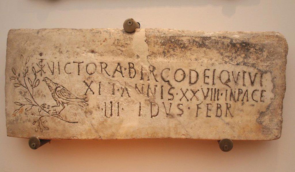 """Stock Photo: 4409-59760 ARTE PALEOCRISTIANO. ITALIA. Primeros cristianos. Inscripción sepulcral de Victoria, virgen consagrada """"Virgo dei"""", que vivió 28 años. En el epitafio, la fórmula cristiana """"in pace"""" y la fecha de deposición. Símbolo de la paloma con la rama de olivo y el monograma de Constantino unida a la letra T, símbolo de la cruz. Siglo IV d. C. Museo de las Termas de Diocleciano."""