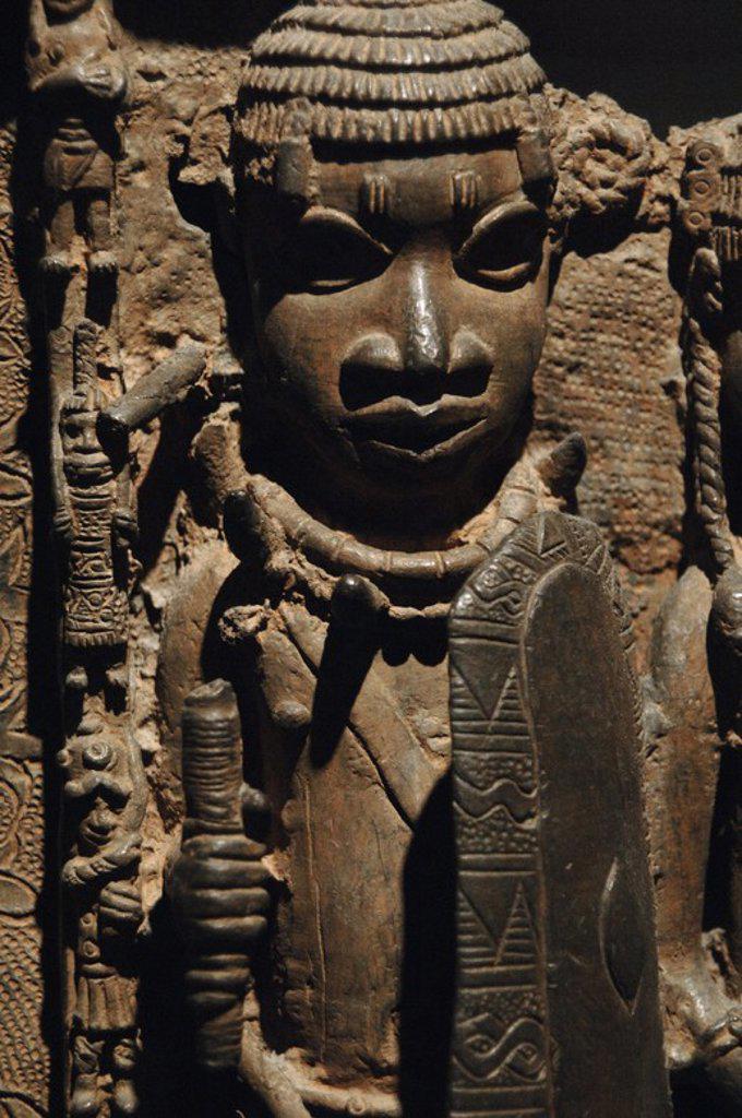 Stock Photo: 4409-60098 ARTE AFRICANO. NIGERIA. S. XVI. BRONCES DE BENIN. Detalle de un bronce que muestra la FACHADA DEL PALACIO REAL DE BENIN CON ESCENA DE CORTE Y PROTOCOLO. Detalle de un GUARDIAN. Estarían ubicados en los pilares que sostendrían la cubierta del Palacio Real de Benin. Bronce o latón. Museo Británico. Londres. Inglaterra. Reino Unido.