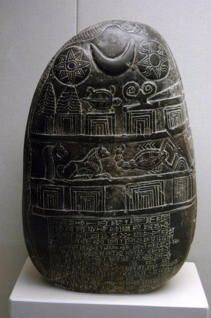 ARTE MESOPOTAMICO. DINASTIA DEL PAIS DEL MAR. II MILENIO A. C. KUDURRU de piedra que describe la CESION DE TIERRAS HECHA POR EL GOBERNADOR EANNA-SHUM-IDDINA A GULA-ERESH EN PRESENCIA DE SU INSPECTOR AMURRU-BEL-ZERI. La parte inferior esta inscrito en ESCRITURA CUNEIFORME y en la parte superior se representan en relieve DIOSES Y SIGNOS DEL ZODIACO. Fechado hacia 1125-1100 a. C. Museo Británico. Londres. Inglaterra. Reino Unido. : Stock Photo