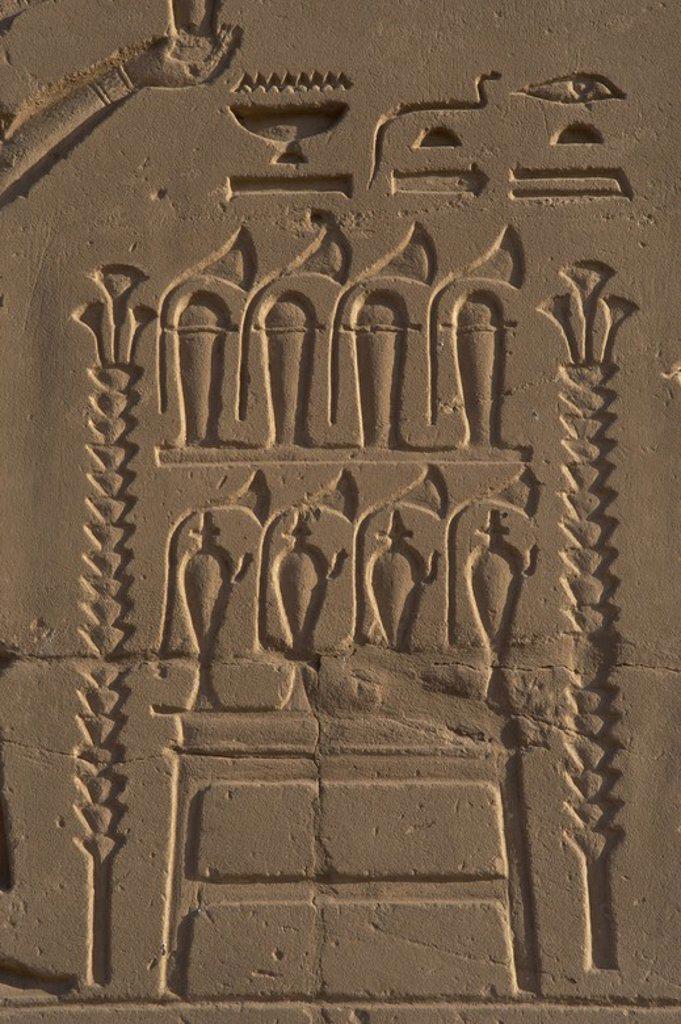 Stock Photo: 4409-60717 ARTE EGIPCIO. EGIPTO. Detalle de un relieve de uno de los muros del TEMPLO DE KARNAK, donde se representa un ALTAR DE OFRENDAS con pequeños frascos de persumes y flores de papiro. Imperio Nuevo. Noroeste de Luxor. Egipto.