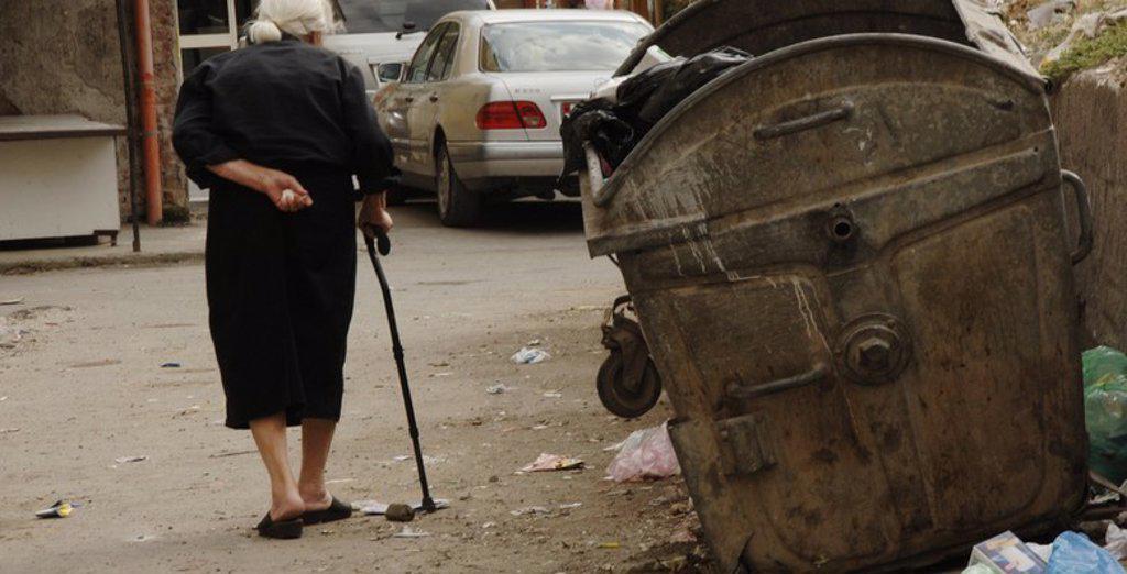 Stock Photo: 4409-60725 ANCIANA andando con bastón por una calle de barrio cerca del centro de Tirana. República de Albania.