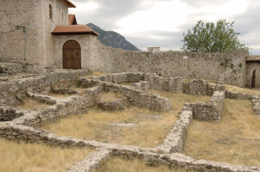 Stock Photo: 4409-60741 REPUBLICA DE ALBANIA. KRUJA. Ruinas delante del castillo.