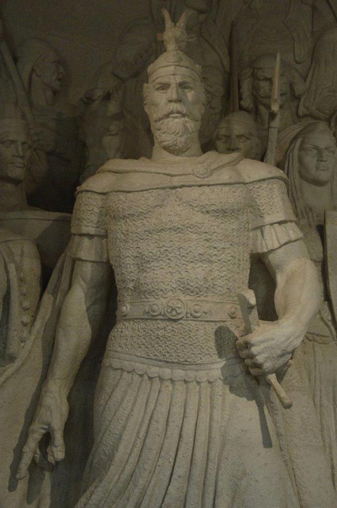 """Stock Photo: 4409-60756 SKANDERBERG, George Kastrioti (1405-1466). Héroe nacional albanés que resistió a los avances del Imperio Otomano en el s. XV. Conocido como el """"Dragón de Albania"""". Detalle del grupo escultórico SKANDERBERG Y SUS HOMBRES realizado por Janaq PAÇO y Genc HAJDARI. Conservado en el Museo Histórico situado en el Castillo de Kruja. República de Albania."""