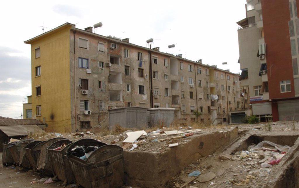 Stock Photo: 4409-60772 CONTENEDORES de basura con desperdicios esparcidos por el suelo en un barrio cerca del centro de Tirana. República de Albania.