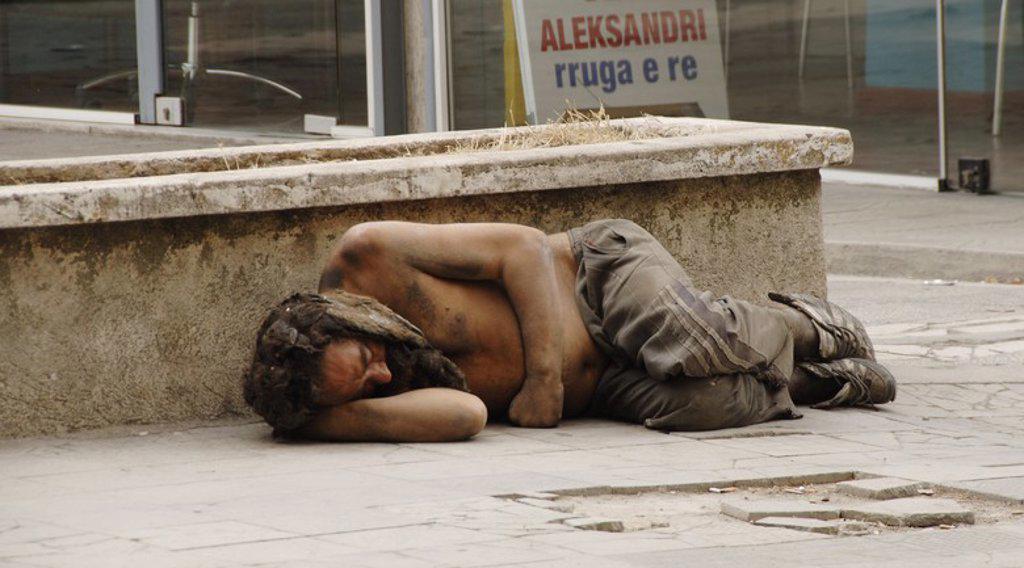 Stock Photo: 4409-60773 MENDIGO durmiendo en la calle. Tirana. República de Albania.