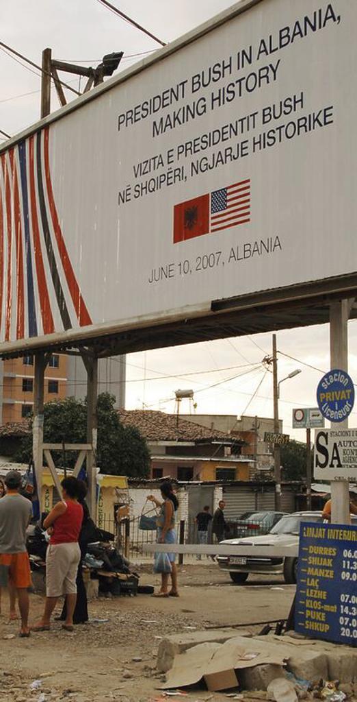 Valla publicitaria sobre el viaje que realizó el presidente de los Estados Unidos, George BUSH (n. 1946), a Albania el 10 de junio de 2007 (escrita en inglés y albanés). Situada junto a un mercadillo en los alrededores de la estación de autobuses de Tirana. Republica de Albania. : Stock Photo