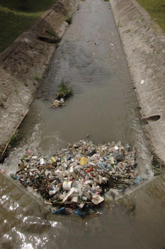 CONTAMINACION en el rio Lana. Tirana. República de Albania. : Stock Photo
