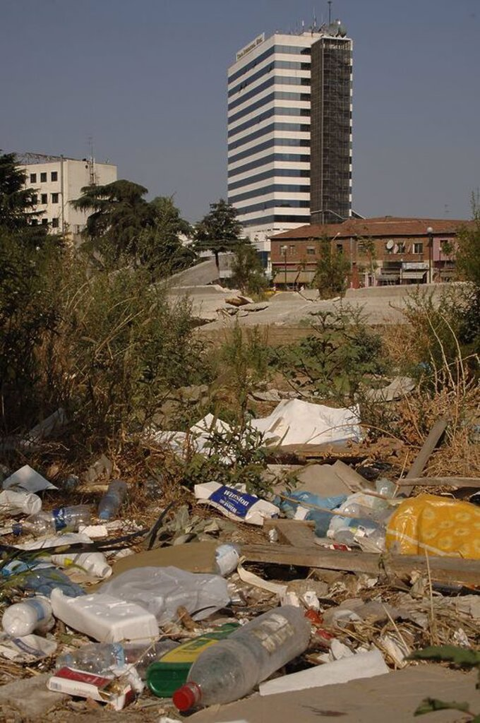 Stock Photo: 4409-60821 Contraste POBREZA-MODERNIDAD entre el nuevo edificio del Hotel Internacional y el descampado lleno de desperdicios de los alrededores. Tirana. República de Albania.