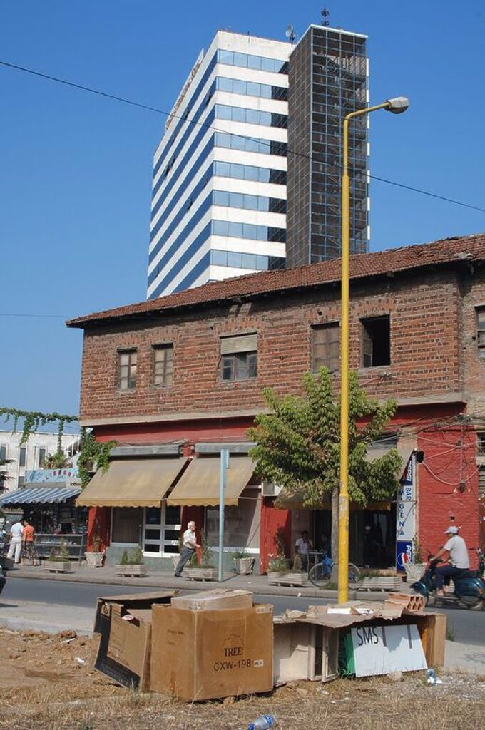 Contraste entre los viejos edificios y la moderna arquitectura del Hotel Internacional. Tirana. República de Albania. : Stock Photo