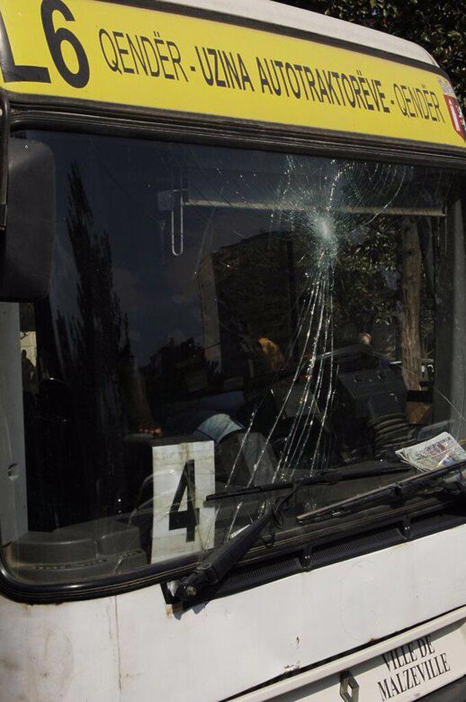 Stock Photo: 4409-60824 Autobús con el cristal roto. Tirana. República de Albania.