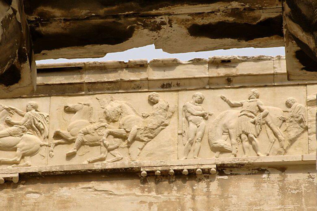 Stock Photo: 4409-61532 ARTE GRIEGO. GRECIA. PARTENON (447-438 a. C). Templo dórico de mármol pentélico, construido bajo la dirección de los arquitectos ICTINO y CALICRATES, y ornado con esculturas de Fidias. Detalle de la DECORACION DEL FRISO (Copia). ATENAS.