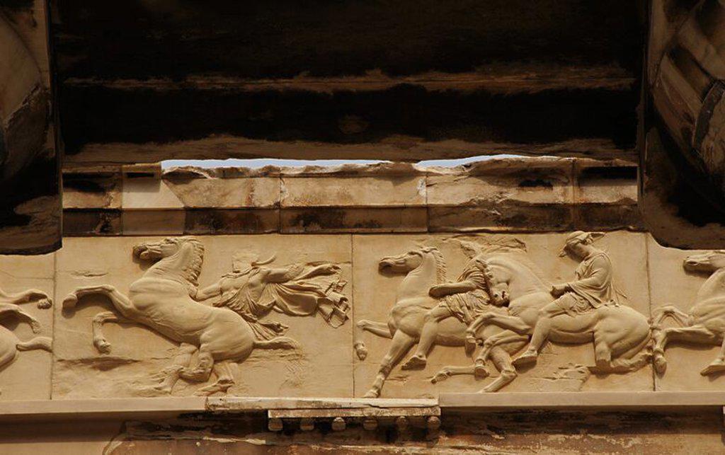 ARTE GRIEGO. GRECIA. PARTENON (447-438 a. C). Templo dórico de mármol pentélico, construido bajo la dirección de los arquitectos ICTINO y CALICRATES, y ornado con esculturas de Fidias. Detalle de la DECORACION DEL FRISO. ATENAS. : Stock Photo
