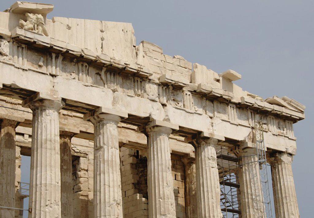 ARTE GRIEGO. GRECIA. PARTENON (447-438 a. C). Templo dórico de mármol pentélico, construido bajo la dirección de los arquitectos ICTINO y CALICRATES, y ornado con esculturas de Fidias. COLUMNAS DORICAS sustentnado el ARQUITRABE liso con el FRISO decorado con METOPAS Y TRIGLIFOS. ATENAS. : Stock Photo