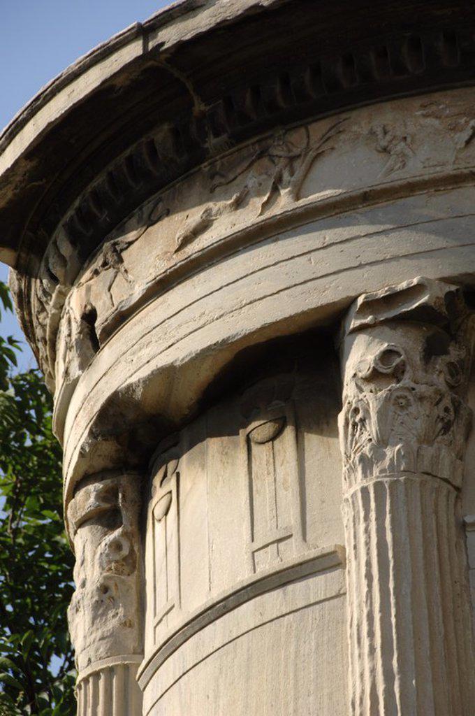 Stock Photo: 4409-61754 ARTE GRIEGO. S. IV. MONUMENTO A LISICRATES (334 a. C.). Levantado en conmemoración de un acontecimiento teatral. Compuesto por un elevado basamento de cuatro lados sobre el que se levantan unas gradas que soportan un templo redondo y cerrado de mármol pentélico, decorado con seis columnas coríntias y rematado por un cesto con hojas de acanto. ATENAS. Grecia.