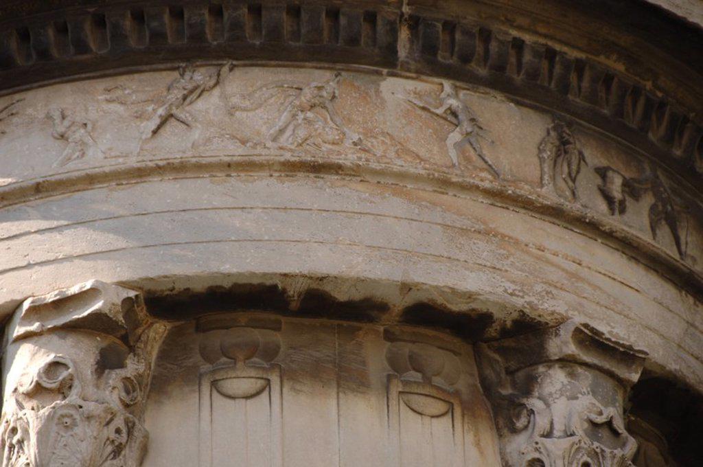 Stock Photo: 4409-61755 ARTE GRIEGO. S. IV. MONUMENTO A LISICRATES (334 a. C.). Levantado en conmemoración de un acontecimiento teatral. Compuesto por un elevado basamento de cuatro lados sobre el que se levantan unas gradas que soportan un templo redondo y cerrado de mármol pentélico, decorado con seis columnas coríntias y rematado por un cesto con hojas de acanto. Detalle del FRISO decorado con relieves que representan un EPISODIO DEL HIMNO HOMERICO A DIONISO: LOS PIRATAS TRANSFORMADOS EN DELFINES. ATENAS. Grecia.