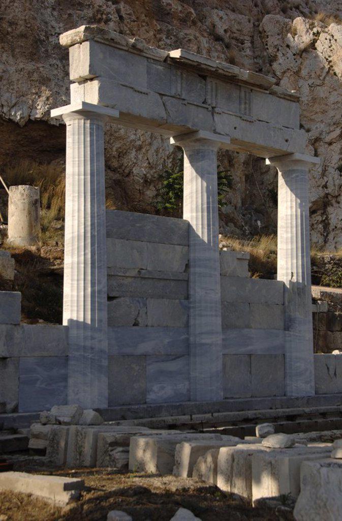 ARTE GRIEGO. GRECIA. S. IV. ASCLEPIEION. Vista del templo reconstruido dedicado al culto al dios Asclepio (Esculapio), protector de la medicina. Fue construido a mediados del siglo IV a. C. ATENAS. : Stock Photo