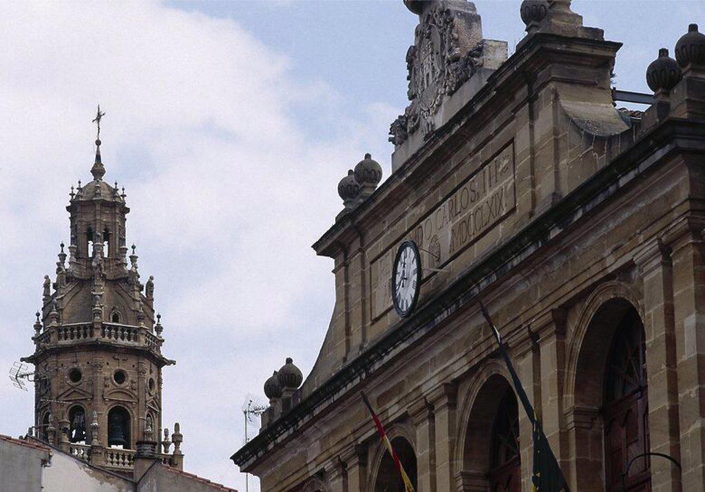 Stock Photo: 4409-62155 LA RIOJA. HARO. Vista del chapitel barroco que remata la torre de la IGLESIA DE SANTO DOMINGO. En primer término la fachada del AYUNTAMIENTO, edificio neoclásico construido en 1769. España.