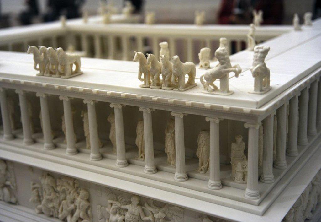 """Stock Photo: 4409-62299 ARTE GRIEGO-HELENISTICO. ASIA MENOR. MAQUETA del """"ALTAR DE ZEUS O ALTAR DE PERGAMO"""". Construído por orden de Eumenes II Sóter (197-159 a. C.), entre los años 164 y 156 a. C. S. II a. C. Detalle. Museo de Pérgamo (Islas de los Museos). Berlín. Alemania. Europa."""
