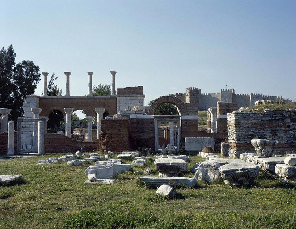 Stock Photo: 4409-63044 ARTE BIZANTINO. TURQUIA. BASILICA DE SAN JUAN EVANGELISTA (sigloVI). Construída bajo el reinado de Justiniano, en el lugar de una pequeña iglesia situada alrededor de la tumba del apóstol. Fue transformada en mezquita en 1330 y arrasada por completo cuando Tamerlán conquistó la ciudad en 1402. Vista general de las RUINAS. EFESO (SELÇUK) .