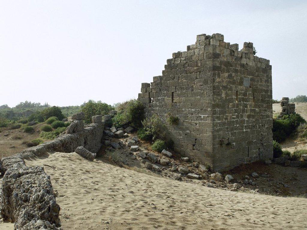 Stock Photo: 4409-63052 ARTE BIZANTINO. Vista parcial de los LIENZOS DE MURALLA de la zona marítima que se han conservado, realizados durante la dominación bizantina. CIUDAD DE SIDE. Península Anatólica. TURQUIA.