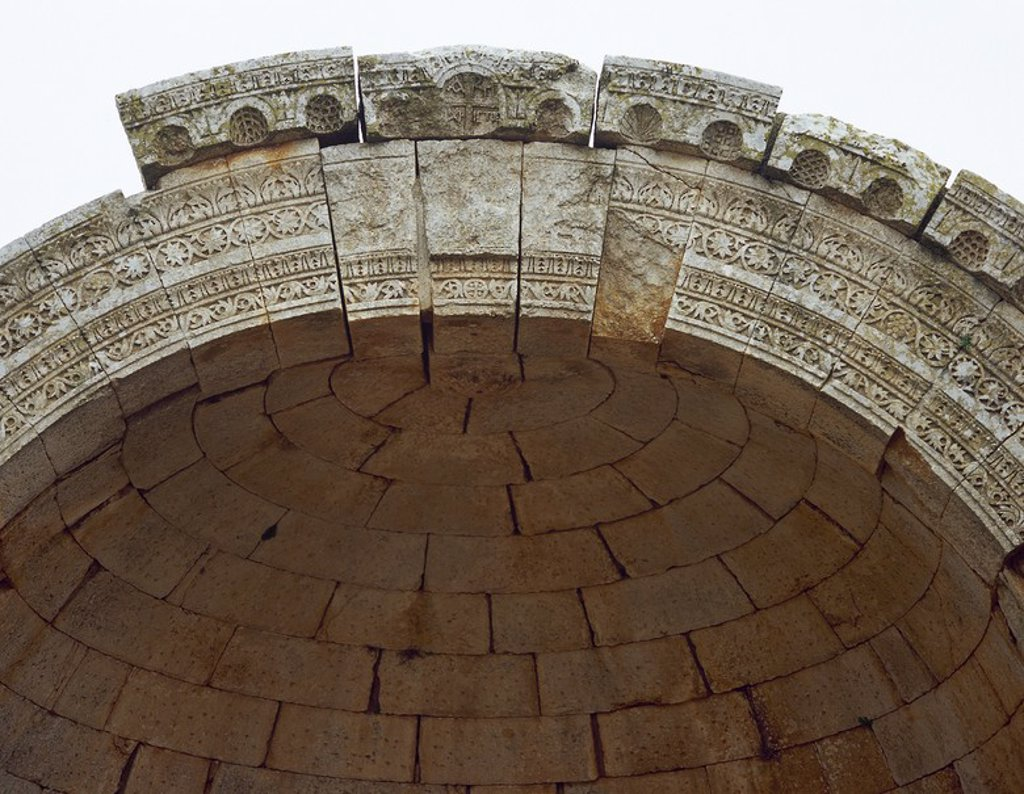 Stock Photo: 4409-63134 ARTE BIZANTINO. SIGLO V. SIRIA. IGLESIA DE QALB LUSIH (h. 460). Edificada probablemente como escala en la ruta de los peregrinos que se dirigían a la basílica de San Simeón. Detalle de los RELIEVES CON FORMAS VEGETALES ESCULPIDOS EN EL ABSIDE. Alrededores de Harim.