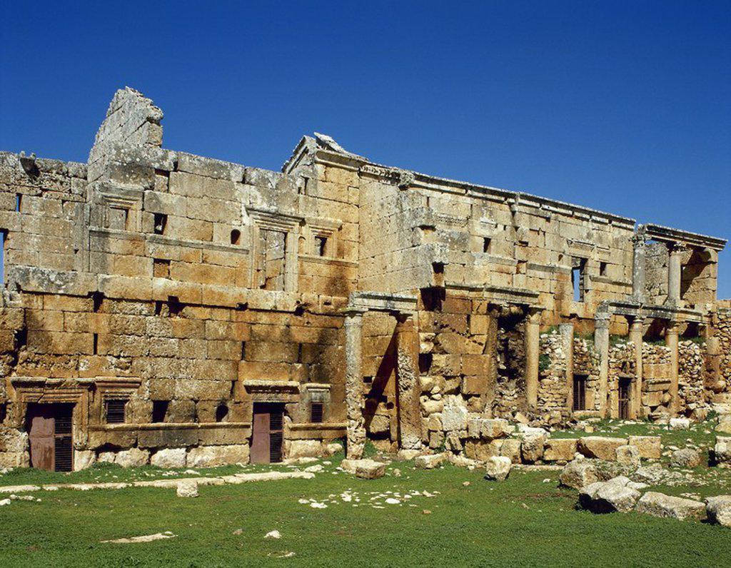 Stock Photo: 4409-63138 ARTE BIZANTINO. SIRIA. SIRSHILA. Antigua ciudad romana y en la actualidad una de las llamadas Ciudades Muertas. Vista general de la IGLESIA, pequeña edificación de tres naves que data del año 370 d. C.
