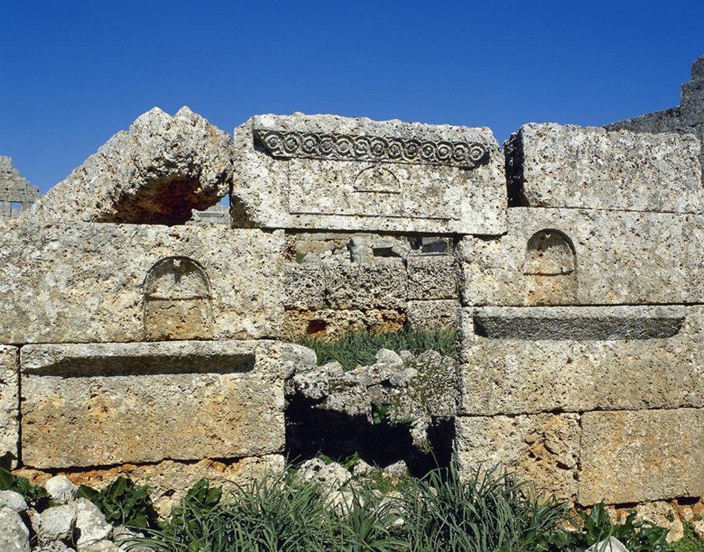 ARTE BIZANTINO. SIRIA. SIRSHILA. Antigua ciuda romana y en la actualidad una de las llamadas Ciudades Muertas. Detalle arquitectónico de la IGLESIA, pequeña edificación de tres naves que data del año 370 d. C. : Stock Photo
