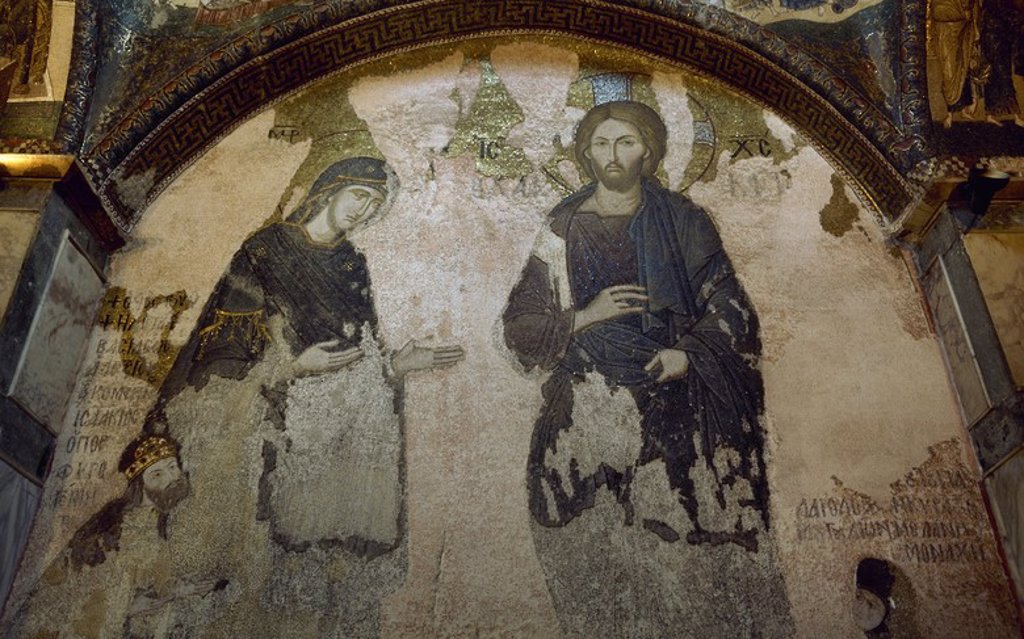 """ARTE BIZANTINO. TURQUIA. SAN SALVADOR EN CHORA o KARIYE CAMII. Mosaico con la representación de una """"DEESIS"""" con JESUS y LA VIRGEN. En la parte inferior, personajes pertenecientes a la familia imperial de los Paleólogos. A la derecha, vestida de monja, la hermanastra de Andrónico II. A la izquierda, Isaac Comneno, hermano del emperador Juan II. ESTAMBUL. : Stock Photo"""