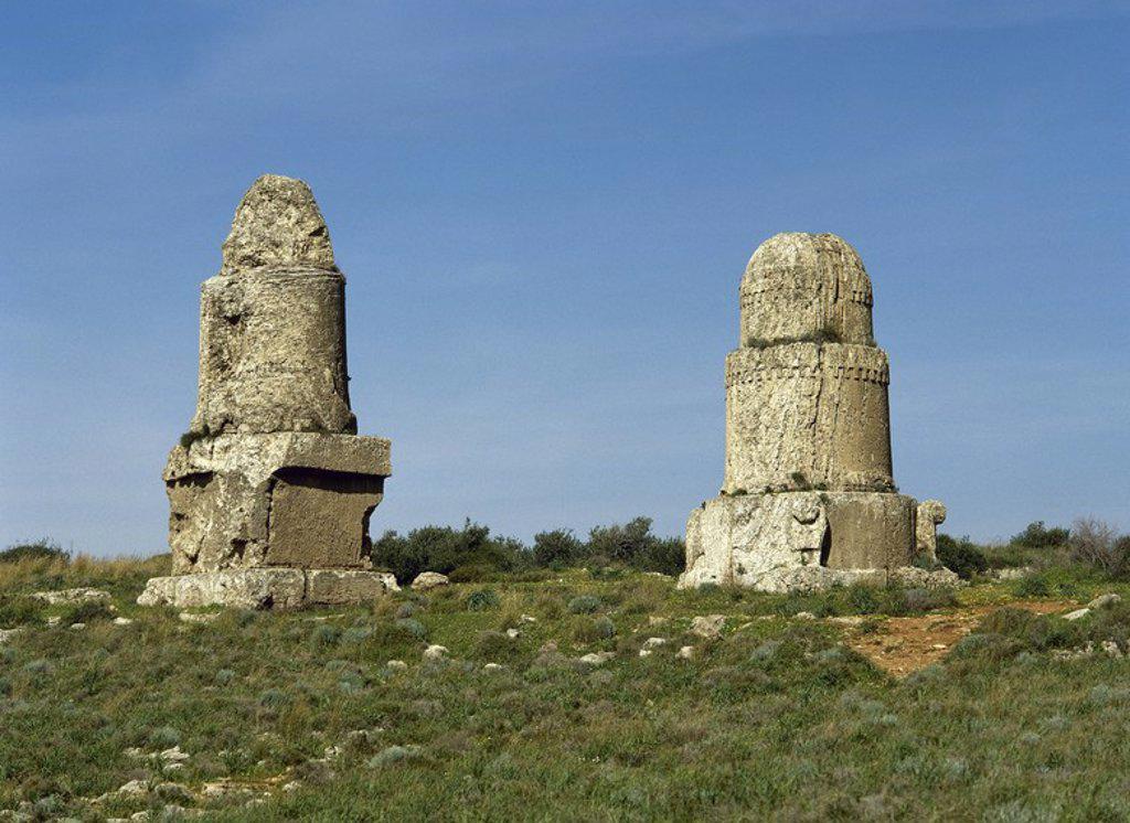 """Stock Photo: 4409-63331 ARTE FENICIO. SIRIA. AMRIT. Ciudad fundada hacia el 3000 a. C. por los amorritas. Se convirtió en un importante centro religioso con los fenicios entre los siglos VIIVI. TORRES SEPULCRALES, formadas por diferentes """"maghazil"""" o estructuras cilíndricas que cubrían las tumbas pozo (hipogeos). Realizadas en piedra arenisca, tienen una altura de 9,50 m."""