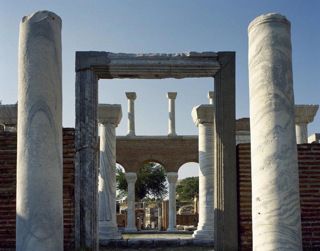 Stock Photo: 4409-63334 ARTE BIZANTINO. TURQUIA. BASILICA DE SAN JUAN EVANGELISTA (siglo VI). Construída bajo el reinado de Justiniano, en el lugar de una pequeña iglesia situada alrededor de la tumba del apóstol. Fue transformada en mezquita en 1330 y arrasada por completo cuando Tamerlán conquistó la ciudad en 1402. Detalle de la ENTRADA FLANQUEADA POR DOS COLUMNAS. EFESO (SELÇUK) .