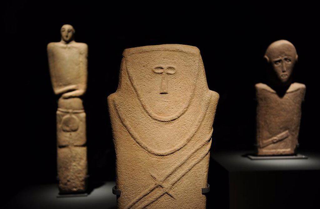 Stock Photo: 4409-63357 ARTE ANTIGUO. PENINSULA ARABIGA. ESTELA antropomorfa. IV milenio a. C. 92 X 21 cm. AL-MA'AKIR / Qaryat al-KAAFA, Hail. Museo Nacional de Riyadh. Arabia Saudí.
