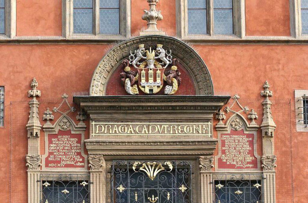 """Stock Photo: 4409-63411 REPUBLICA CHECA. PRAGA (PRAHA). Ayuntamiento antiguo de Praga. Antiguo edificio medieval del 1360, propiedad de un rico comeriante, que fue anexionado al Ayuntamiento. Detalle del ventanal renacentista agregado en 1426. Se puede leer """"Praga caput regni"""" (Praga capital del Reino). Actualmente oficina de turismo. Plaza de la Ciudad Vieja (Staromestské námesti). Ciudad Vieja (Stare Mesto). Centro Europa."""