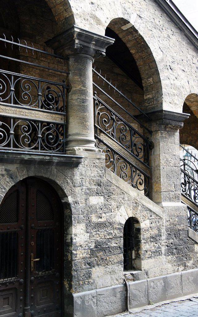 Stock Photo: 4409-63524 REPUBLICA CHECA. PRAGA (PRAHA). SALA CEREMONIAL Y DE LA CAMARA MORTUORIA junto al antiguo Cementerio Judio. Construida en estilo neorrománico entre 1911-1912. Exterior. Josefov (Antiguo Barrio Judio). Centro Europa.