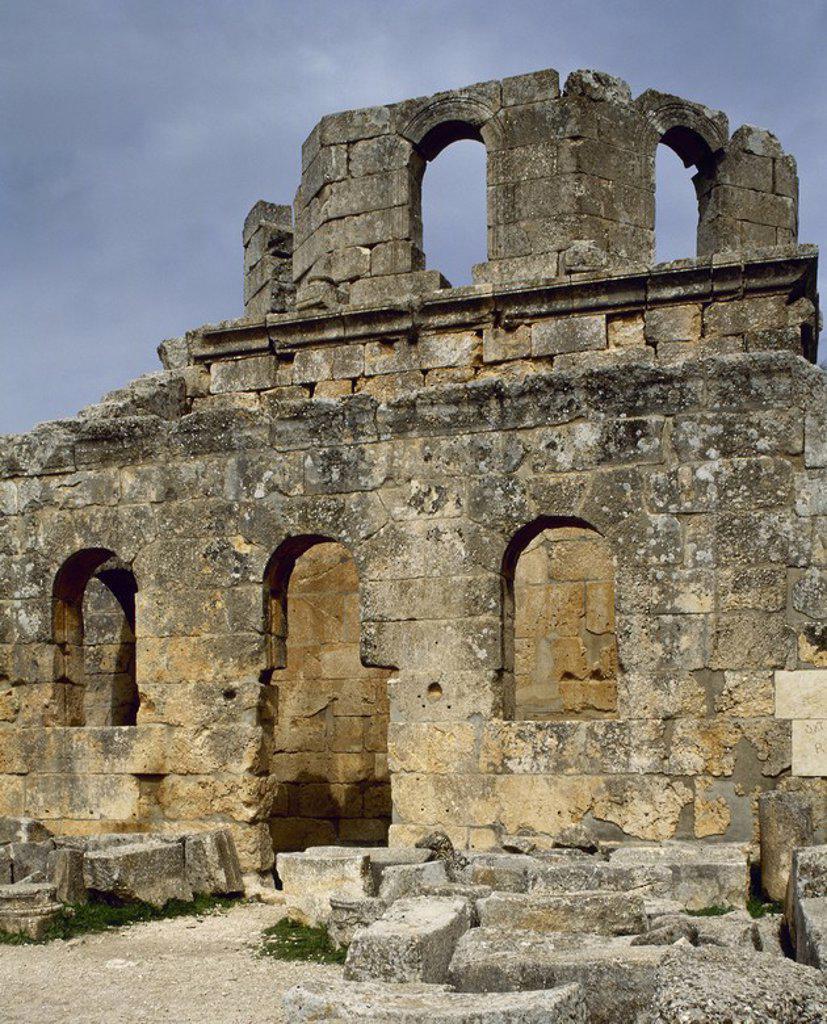 ARTE BIZANTINO. SIGLO V. SIRIA. BASILICA DE SAN SIMEON (476-491). Consta de cuatro basílicas independientes dispuestas en forma de cruz alrededor de la columna sobre la que el místico pasó gran parte de su vida. Detalle de la CAPILLA Y POSADA SITUADAS AL PIE DE LA COLINA EN LA QUE SE ENCUENTRA EL RESTO DEL CONJUNTO MONASTICO. Alrededores de Alepo. : Stock Photo