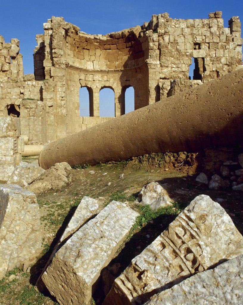Stock Photo: 4409-63796 ARTE BIZANTINO. SIRIA. IGLESIA METROPOLITANA. Construida en el año 520, con planta cuadrada y coronada por una cúpula. En su interior se encontraron distintos sarcófagos de obispos que hacen deducir que se trataba de la iglesia episcopal de la ciudad. RUSAFA.