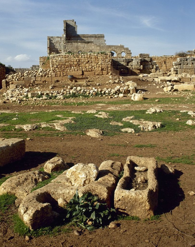 Stock Photo: 4409-64480 ARTE ROMANO-BIZANTINO. (CIUDADES MUERTAS). RUEIHA. Una de las numerosas ciudades muertas de la zona, cuyas ruinas han aprovechado los beduinos para construir sus viviendas. Vista general del yacimiento arqueológico. SIRIA.
