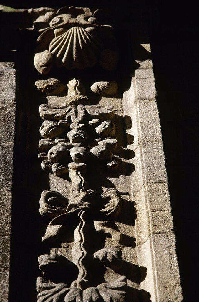 ARTE BARROCO. ESPAÑA. CASA DAS POMAS. Edificio atribuido al arquitecto español Domingo Antonio DE ANDRADE (h.1639-1712). Detalle de una PILASTRA decorada con ADORNOS FRUTALES QUE REPRESENTAN MANZANAS (de ahí viene su nombre). SANTIAGO DE COMPOSTELA. Provincia de A Coruña. Galicia. : Stock Photo