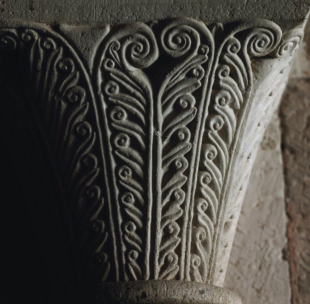 Stock Photo: 4409-65446 ARTE GOTICO. ESPAÑA. SIGLOS XII-XIII MONASTERIO DE NUESTRA SEÑORA DE VERUELA. Fundado en 1146, fue el primero de los monasterios cistercienses de la Corona de Aragón. Detalle de un CAPITEL GOTICO CON DECORACION DE LACERIA. CERCANIAS DE TARAZONA. Provincia Zaragoza. Aragón.