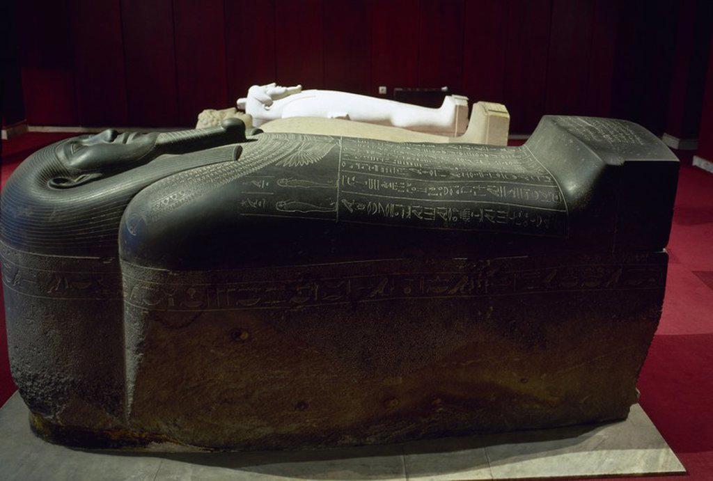 Stock Photo: 4409-65471 ARTE EGIPCIO. TURQUIA. SARCOFAGO DE TABNIT (s. VI a. C.). El más antiguo de los sarcófagos de la Real Necrópolis de Sidón (Sayda). Realizado en diorita, la cubierta está diseñada en forma de cabeza. Las inscripciones jeroglíficas informan de los dueños del arca, un comandante egipcio llamado Penetflay y Tabnit, rey de Sidón. Museos Arqueológicos (Museo de las Antigüedades). Estambul. Turquía.