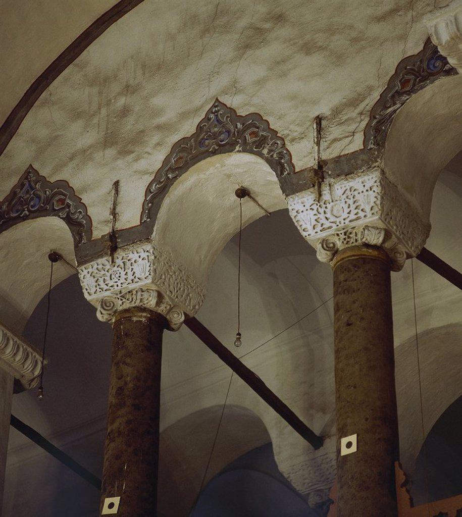 Stock Photo: 4409-65473 ARTE BIZANTINO. TURQUIA. KÜÇÜK AYA SOFYA CAMII o PEQUEÑA SANTA SOFIA. Antigua Iglesia de los Santos Sergio y Baco, construida entre 527 y 536 por orden del emperador Justiniano, y convertida en mezquita en 1481. Detalle de las columnas y capiteles ricamente decorados del piso superior. ESTAMBUL. Turquía.