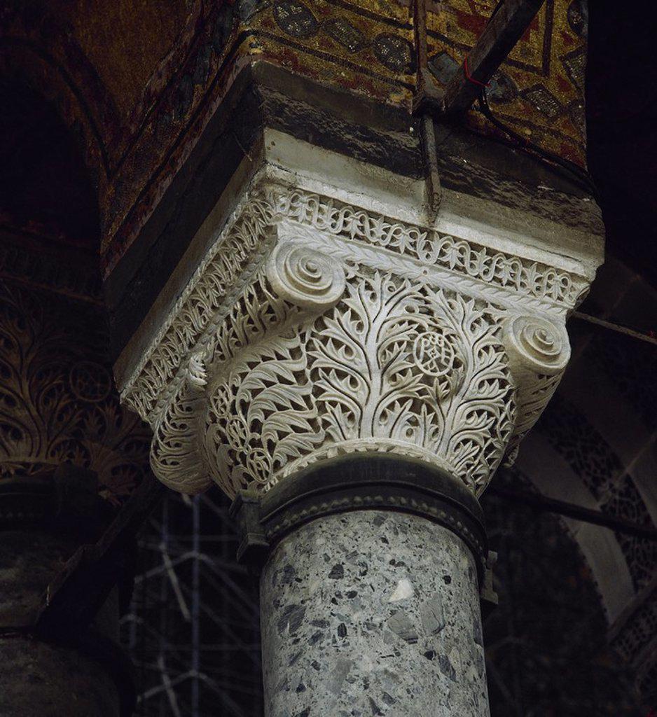 Stock Photo: 4409-65474 ARTE BIZANTINO. TURQUIA. Detalle de un CAPITEL BIZANTINO, finamente esculpido, con el MONOGRAMA DE JUSTINIANO Y TEODORA entre las hojas de acanto. BASILICA DE SANTA SOFIA. ESTAMBUL. Turquía.
