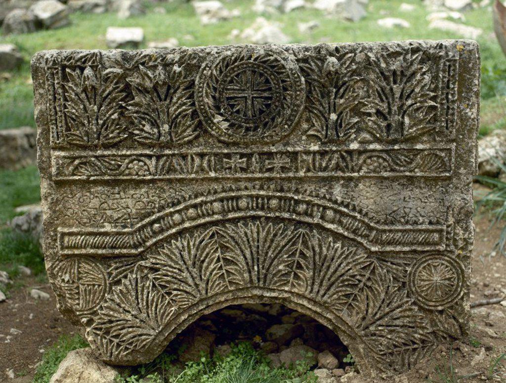 Stock Photo: 4409-65483 ARTE BIZANTINO. SIGLO V. SIRIA. BASILICA DE SAN SIMEON (476-491). Consta de cuatro basílicas independientes dispuestas en forma de cruz alrededor de la columna sobre la que el místico pasó gran parte de su vida. Detalle de un friso con relieve de UNA CRUZ Y FORMAS VEGETALES. Alrededores de Alepo.
