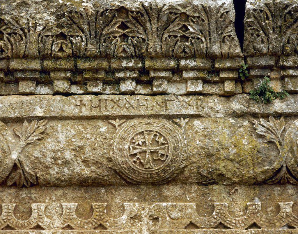 Stock Photo: 4409-65484 ARTE BIZANTINO. SIGLO V. SIRIA. IGLESIA DE QALB LUSIH (h. 460). Edificada probablemente como escala en la ruta de los peregrinos que se dirigían a la basílica de San Simeón. Detalle de un FRISO CON RELIEVES EN EL QUE APARECE UN CRISMON. Alrededores de Harim.