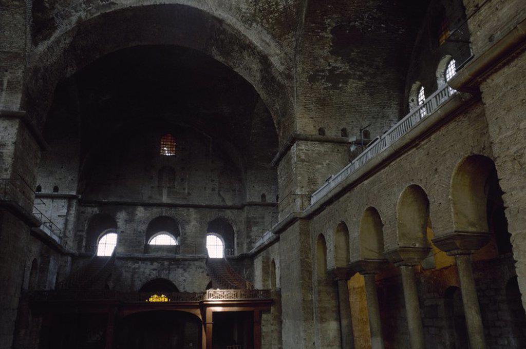 Stock Photo: 4409-72175 ARTE BIZANTINO. TURQUIA. IGLESIA DE SANTA IRENE. Reconstruida bajo reinado del emperador Justiniano en el 537. Presenta una planta de tres naves, con una cúpula en la intersección de los brazos. En el 381 se celebró en ella el segundo Concilio Ecuménico que fue presidido por Teodosio I. Vista parcial de la NAVE CENTRAL. ESTAMBUL.