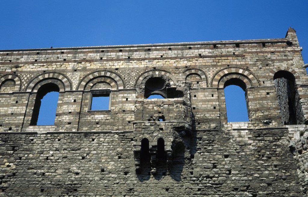 ARTE BIZANTINO. TURQUIA. TEKFUR SARAYI (siglo XIII). Antigua residencia real del Imperio Bizantino, conocido también con el nombre de PALACIO DE CONSTANTINO PORFIROGENITO. Vista parcial de la única pared que se conserva, donde se aprecia la característica policromía bizantina de alternanza de mármol blanco con ladrillo. ESTAMBUL. : Stock Photo