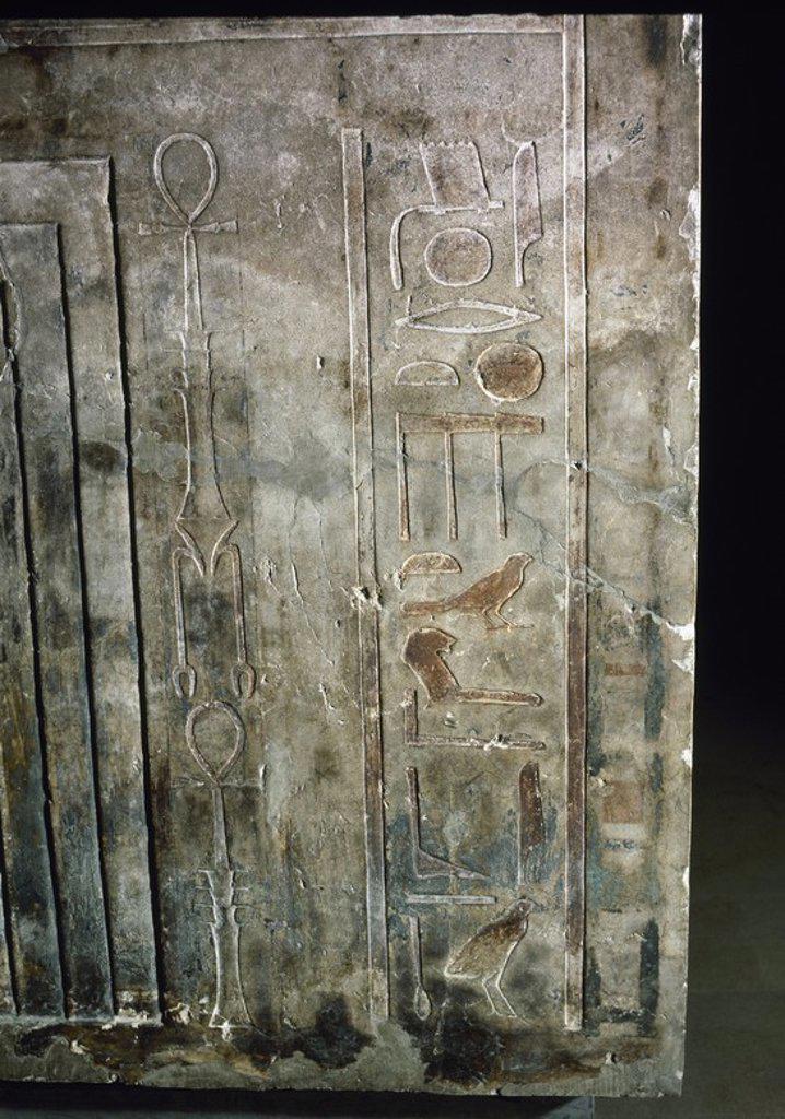 Stock Photo: 4409-72195 ARTE EGIPCIO. SARCOFAGO de piedra calcárea de IBW, príncipe de NOMOS, sucesor de UAH-KAI (Qau El-Kebir). Detalle de la ESCRITURA JEROGLIFICA del costado estrecho derecho, junto a la falsa puerta. XII Dinastía (1800 a. C.). Museo Egipcio. Turín. Italia.