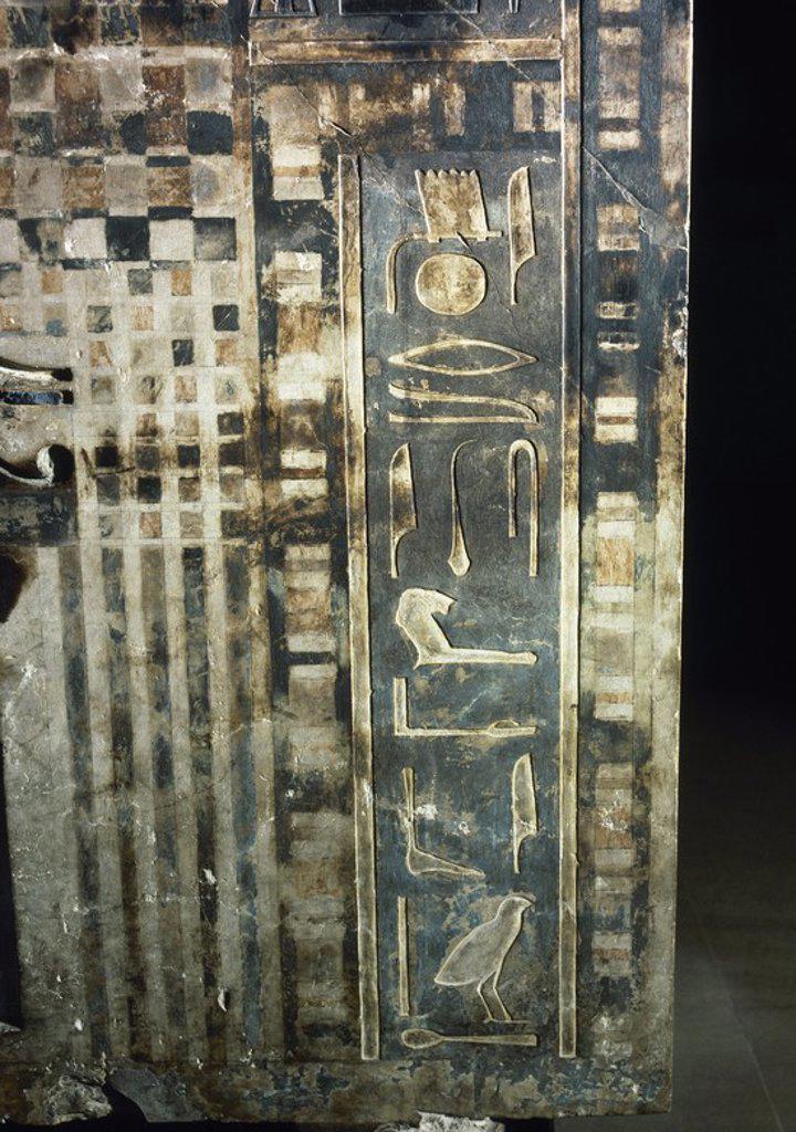 Stock Photo: 4409-72196 ARTE EGIPCIO. SARCOFAGO de piedra calcárea de IBW, príncipe de NOMOS, sucesor de UAH-KAI (Qau El-Kebir). Detalle de la ESCRITURA JEROGLIFICA del costado estrecho derecho, junto a la falsa puerta. XII Dinastía (1800 a. C.). Museo Egipcio. Turín. Italia.