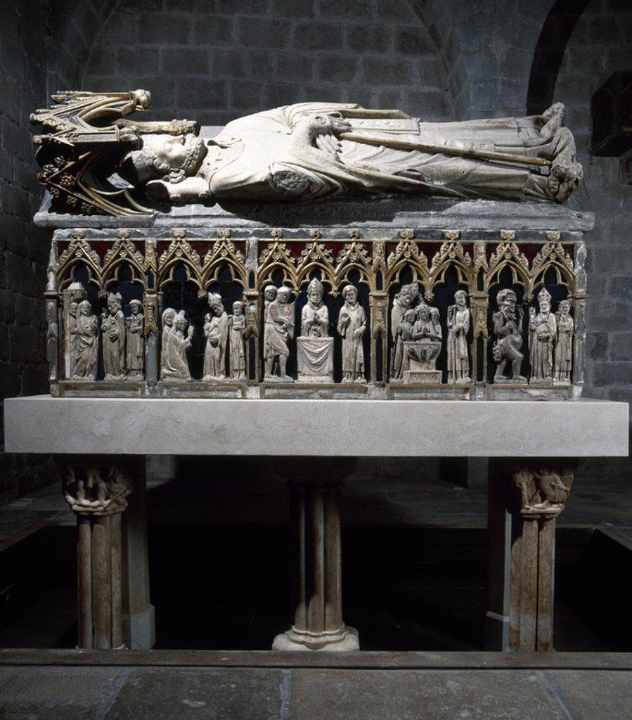 Stock Photo: 4409-72385 ARTE GOTICO. ESPAÑA. TOURNAI, Joan de. Escultor francés del siglo XIV. SEPULCRO DE SAN NARCISO. Realizado en piedra calcárea y alabastro, con restos de policromía y vidrios azules y rojos. 120 x 215 x 61 cm. (120 x 120 x 225 x 75 cm incluida la yacente y el dosel, que sobresalen de la caja). (Girona,1326-1328). IGLESIA DE SANT FELIU. GIRONA. Cataluña.